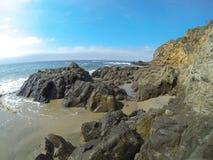 在拉古纳海滩,加利福尼亚的岩石海浪 图库摄影