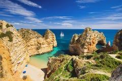在拉各斯镇,阿尔加威地区,葡萄牙附近的美丽的海滩 图库摄影