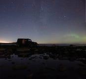 在拉多加湖,俄罗斯, 2015年11月03日,由吉普争吵者的旅行的北极光 库存照片