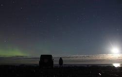 在拉多加湖,俄罗斯, 2015年11月03日,由吉普争吵者的旅行的北极光 免版税库存照片