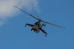 在拉多姆飞行表演期间的米-24后面显示2013年 库存照片