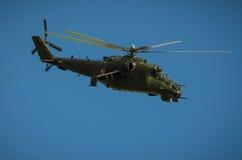 在拉多姆飞行表演期间的米-24后面显示2013年 免版税库存照片