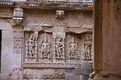 在拉妮ki vav内在墙壁,在Saraswati河河岸的一复杂地被修建的stepwell上的被雕刻的神象  Patan, Gujara 免版税图库摄影