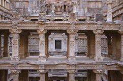 在拉妮ki vav内在墙壁,在Saraswati河河岸的一复杂地被修建的stepwell上的被雕刻的神象  Patan, Gujara 图库摄影