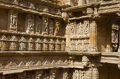 在拉妮ki vav内在墙壁,在Saraswati河河岸的一复杂地被修建的stepwell上的被雕刻的神象  Patan, Gujara 免版税库存照片
