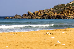 在拉姆拉l哈姆拉海湾戈佐岛的波浪 免版税库存图片