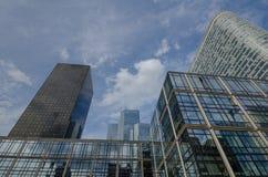 在拉德芳斯的现代办公室塔在巴黎 免版税库存照片