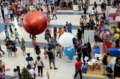 在拉扯金黄球状支架的白色独角兽马上聚苯乙烯泡沫塑料雕象的红色圣诞节球  免版税库存照片