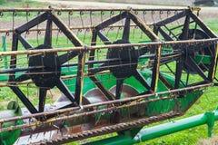 在拉拖拉机线索的设备农厂老耕犁之后 免版税库存照片