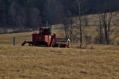 在拉拖拉机线索的设备农厂老耕犁之后 免版税图库摄影