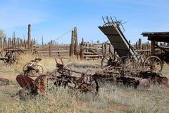 在拉拖拉机线索的设备农厂老耕犁之后 库存照片