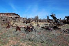 在拉拖拉机线索的设备农厂老耕犁之后 库存图片