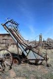 在拉拖拉机线索的设备农厂老耕犁之后 免版税库存图片