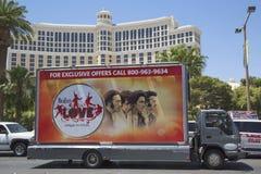 在拉斯韦加斯大道的广告牌卡车在拉斯维加斯 免版税库存图片