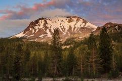 在拉森火山日出的,拉森火山国家公园的云彩 库存照片