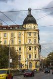 在拉科夫斯基街道上的走的人在市索非亚,保加利亚 免版税库存照片