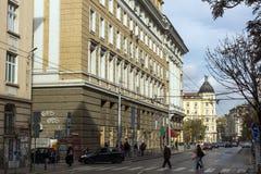 在拉科夫斯基街道上的走的人在市索非亚,保加利亚 库存照片