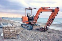 在拉纳卡海滩,塞浦路斯前面的空的挖掘机 库存照片