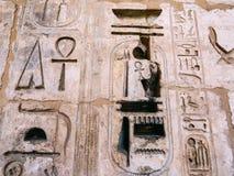 在拉美西斯三世太平间寺庙雕刻的象形文字在Medinet波布 免版税图库摄影