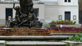 在拉脱维亚国家歌剧院前面的喷泉若虫 股票视频