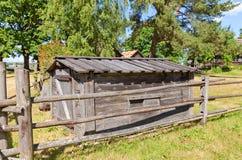 在拉脱维亚的民族志学露天博物馆抽鱼的房子 免版税库存图片