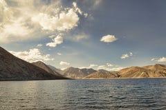 在拉达克山中的湖 图库摄影