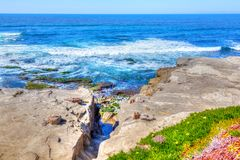在拉霍亚海滩的波浪在圣地亚哥加利福尼亚 免版税库存图片
