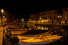 在拉齐塞意大利安静的镇的夜  免版税库存照片