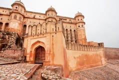 在拉贾斯坦向古老琥珀色的堡垒扔石头被加强的门  免版税库存照片