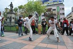 在拉巴斯街道的Capoeira示范  免版税库存图片