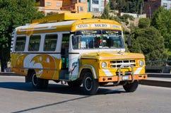 在拉巴斯,玻利维亚街道上的公共汽车  免版税库存照片