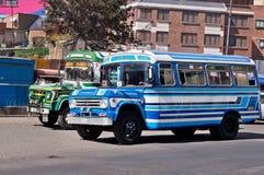 在拉巴斯,玻利维亚街道上的公共汽车  免版税库存图片