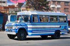 在拉巴斯,玻利维亚街道上的公共汽车  图库摄影