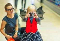 在拍与数字照相机的母亲和孩子的特写镜头照片 库存图片