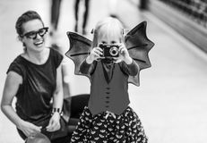 在拍与数字照相机的母亲和孩子的特写镜头照片 免版税库存图片