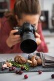 在拍照片的女性食物摄影师的特写镜头 库存照片