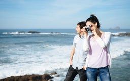 在拍照片的旅行的夫妇对美好的海景 免版税库存照片