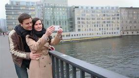 在拍照片的观光旅游中的游人 股票录像