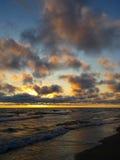 在拒绝有效海洋日落黄色之上 库存照片