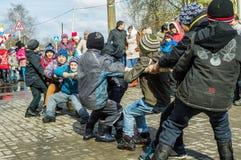 在拔河的俄国全国竞争在告别节日对冬天在卡卢加州地区2016年3月13日 免版税图库摄影