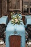 在拖拉机的新娘花束 库存照片