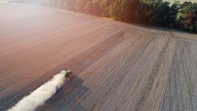在拖拉机耕的领域的鸟瞰图 免版税图库摄影