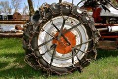 在拖拉机轮胎的链子 图库摄影