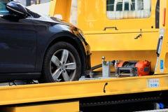在拖曳轨道运输的新的汽车 免版税图库摄影