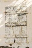 在拖着脚走路的墙壁的老木材窗口 免版税图库摄影