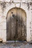 在拖着脚走路的墙壁的老木材门 库存照片