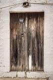 在拖着脚走路的墙壁的老木材门 免版税图库摄影