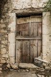 在拖着脚走路的墙壁的老木材门 免版税库存图片
