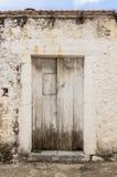 在拖着脚走路的墙壁的老白色木材门 库存照片