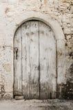 在拖着脚走路的墙壁的老白色木材门 免版税图库摄影